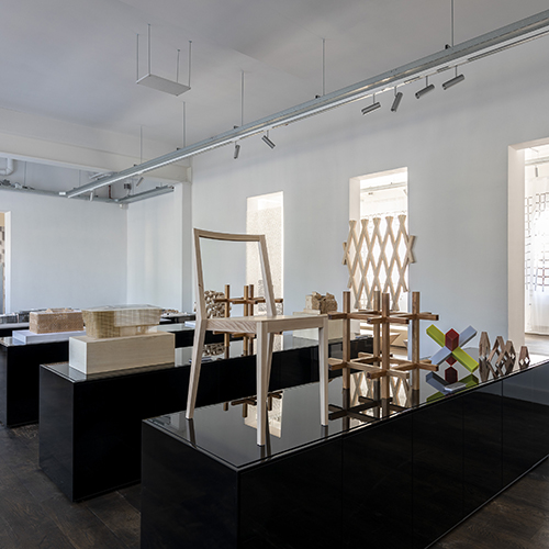 """AMSTERDAM -<a href=""""https://www.kkaa.co.jp/"""">Kengo Kuma</a> cura unallestimentonello spazio del marchio<a href=""""https://www.timeandstyle.com"""">Time &amp; Style</a>. È una mostra importante poichéè la prima esposizione europea di mobili che il progettista giapponese ha disegnato per le sue architetture negli ultimi 10 anni. Fino al 18 agosto"""