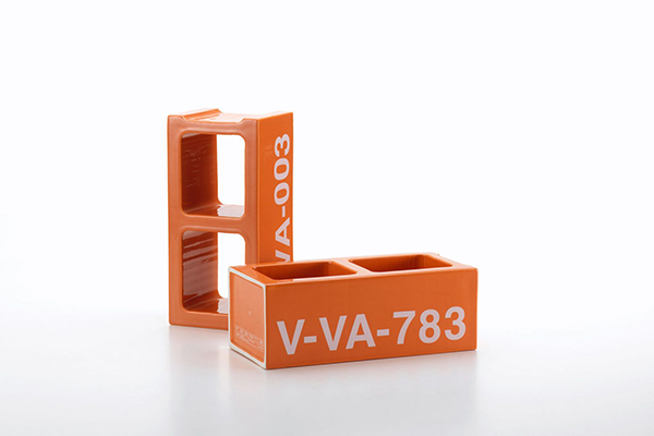 Funzione strutturale ma anche contentiva per <em>Ceramic Block</em>, 999 mattoncini numerati da collezione (copyright: Vitra, photography: Marc Eggimann)
