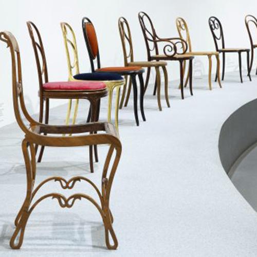"""MONACO - Quest'anno si festeggiano i 200 anni di <a href=""""http://it.thonet.de/"""">Thonet</a>. La <a href=""""http://dnstdm.de"""">Neue Sammlung</a>, considerato il museo di design più antico del mondo, con circa 400 oggetti possiede una delle collezioni più grandi e importanti di mobili con questo marchio. Tutti in mostra per raccontare i traguardi pioneristici dell'azienda nello sviluppo di mobili in legno curvato e in tubolare d'acciaio. Nel percorso espositivo anche un focus sui progetti che partono dalla seconda metà del ventesimo secolo. Fino al 2 febbraio 2020 (la foto dell'allestimento è di A. Lorenzo)"""