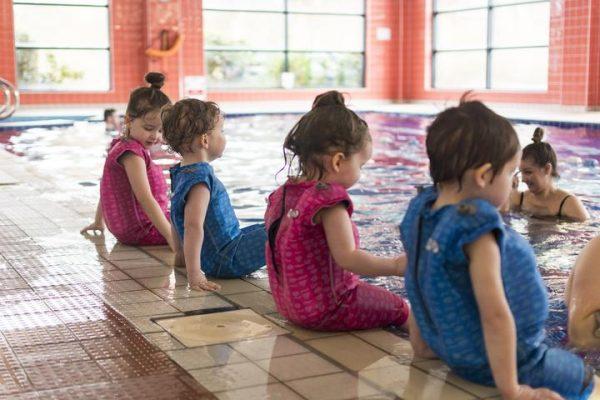 """Per i nuotatori in erba, <a href=""""http://orbyswim.com"""">Orby Swim</a>ha creato Jetsuit, il costume-muta con tasche gonfiate ad aria che garantisce il massimo galleggiamento e permette ai bambini alle prime armi di imparare meglio a nuotare"""