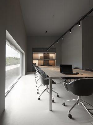 Pensato come un luogo di incontro dove al centro restano ricerca e  progetto, lo spazio è stato firmato  dallo Studio Tronconi Architetti, sotto la supervisione di Antonio Citterio
