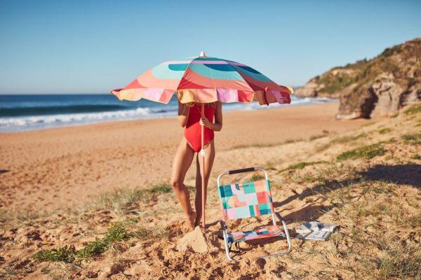 """Reclinabile, Islabomba è la seggiolina da spiaggia firmata <a href=""""https://www.sunnylife.com/"""">Sunny Life</a>. Da abbinare anche all'ombrellone coordinato: facilmente trasportabile, protegge dai raggi del sole e, in caso di pioggia, tiene tutto all'asciutto"""