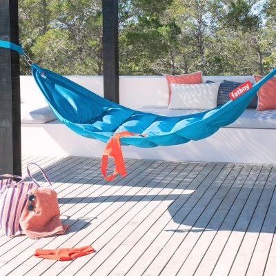 """Headdemock Sunbrella di<a href=""""http://www.fatboy.com/it-it""""> Fatboy</a> è una confortevole amaca da esterni per due persone che sopporta fino a 150 chili. Fornita di supporto, non necessita dipareti o alberi nelle vicinanze"""