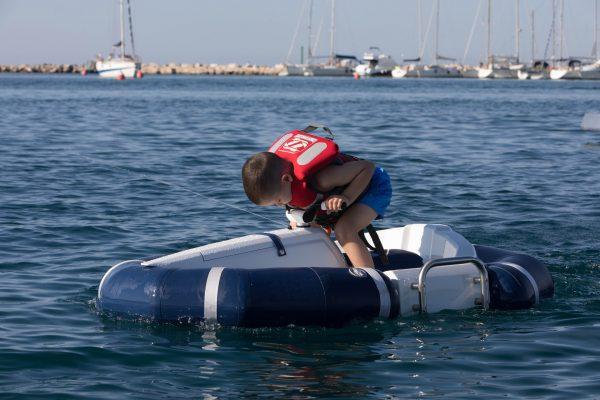 """<a href=""""http://www.darth-craft.com/"""">Darth Craft </a>è un mini yacht elettrico che garantisce massima sicurezza per i capitani più piccoli. Prodotto da un cantiere nautico austriaco, è personalizzabile"""