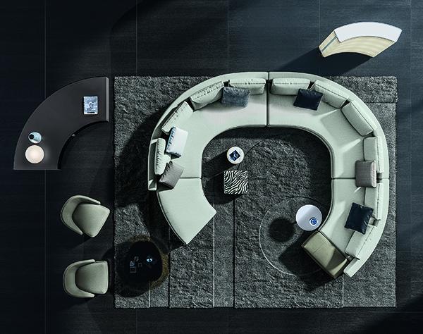 3. Elementi semicurvi -  Una configurazione dal forte impatto visivo ad anfiteatro, garantita dalla combinazione di elementi semicurvi, con l'aggiunta di un pouf amovibile terminale, che disegna un'area living funzionale, adatta al relax e alla convivialità