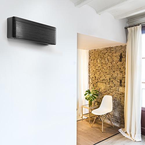 """3 - <em>Gli incentiviall'acquisto</em>Per l'acquisto di un climatizzatore a pompa di calore, se destinato a sostituire integralmente o parzialmente il vecchio impianto termico, si può usufruire: del<a href=""""https://www.agenziaentrate.gov.it/wps/file/Nsilib/Nsi/Agenzia/Agenzia+comunica/Prodotti+editoriali/Guide+Fiscali/Agenzia+informa/AI+guide+italiano/Ristrutturazioni+edilizie+it/Guida_Ristrutturazioni_edilizie.pdf"""" target=""""_blank"""" rel=""""noopener noreferrer"""">bonus casa</a>, dell'<a href=""""http://efficienzaenergetica.acs.enea.it/tecno/pompe_calore.pdf"""" target=""""_blank"""" rel=""""noopener noreferrer"""">ecobonus</a>e del<a href=""""https://www.gse.it/servizi-per-te/efficienza-energetica/conto-termico"""" target=""""_blank"""" rel=""""noopener noreferrer"""">Conto termico 2.0</a> <br> 4 - <em>Attenzione alla posizione</em>In fase di installazione, è importante collocare il climatizzatore nella parte alta della parete: infatti, l'aria fredda tende a scendere e si mescolerà più facilmente con quella calda che invece tende a salire. Occorre assolutamente evitare di posizionare il climatizzatore dietro divani o tende: l'effetto-barriera blocca la diffusione dell'aria fresca <br> In foto <em>Stylish </em>di <a href=""""http://www.daikin.it"""">Daikin</a>: èprofondo appena 18,9 centimetri si adatta ad ogni ambiente"""