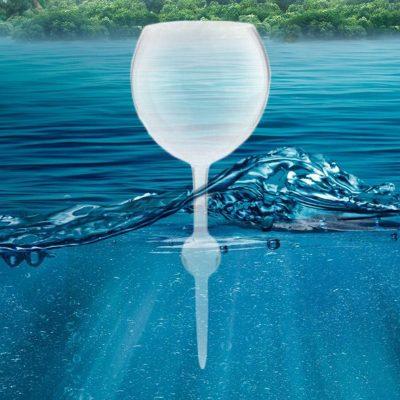 """Sete in mezzo al mare? Tranquilli, ci pensa il bicchiere galleggiante di <a href=""""http://www.yellowoctopus.com.au"""">Yellow Octopus</a>: il gambo si comporta come una chiglia, tenendo il contenitore in posizione verticale"""