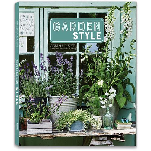 """Dedicato a chi ha il pollice verde o a chi muove i primi passi nel mondo del giardinaggio.<a href=""""https://www.libri.it/garden-style""""><em>Garden Style </em></a>diSelina Lake (Logos, 160 pp, 20 euro) è una pratica guida illustrata per rendere più bello e confortevole il proprio angolo verde sia <a href=""""https://design.repubblica.it/2019/04/30/nuova-vita-a-balconi-e-terrazzi-le-novita-outdoor/"""">outdoor</a> che in casa: dall'orto ai mobilicon un focus su verande, serre e capanni"""