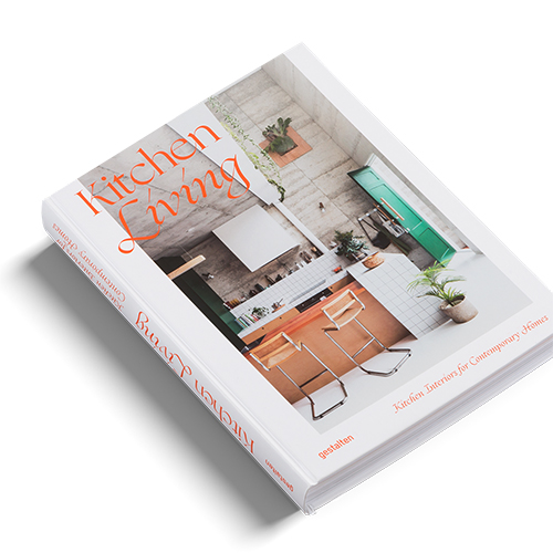 """In cucina ormai si lavora, ci si rilassa o si sta sui social. Come è cambiato questo ambiente della casa? E come non snaturare il suo principale ruolo legato alla preparazione del cibo?Lagiornalista londinese Tessa Pearson approfondisce questi aspetti in<em><a href=""""https://gestalten.com/products/kitchen-living"""">Kitchen Living</a><strong></strong></em>(<a href=""""https://gestalten.com/"""">Gestalten</a>, 256 pp, 39,90 euro – in inglese) con esempi da tutto il mondo che accontentano diverse esigenze rispettando più budget:dalla realizzazione di spazi per numerose famiglie ai single.<a href=""""https://design.repubblica.it/2019/01/07/kitchen-living-le-mille-personalita-della-cucina/#1"""">Qui</a>l'approfondimento sul volume"""