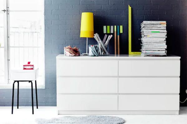 """Nei negozi e online <a href=""""https://www.ikea.com/it/it/"""">Ikea</a> offre ribassi su tanti prodotti del catalogo, come la cassettiera <em>Malm</em> (la version in foto è scontata del 23%)"""