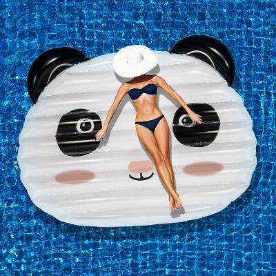 """Il successo dei gonfiabili su cui galleggiare tra le onde del mare porta ogni anno novità in quanto a forme e misure. Questo, disponibile su <a href=""""http://www.troppotogo.it"""">Troppotogo</a>, è la versione maxi di un simpatico panda. Resistente fino a 90 chili"""