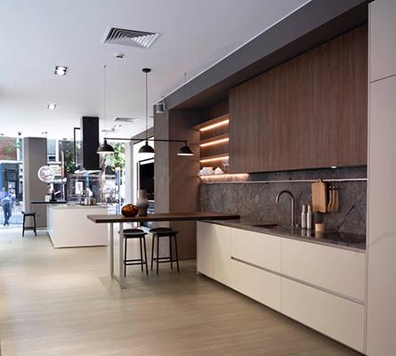Tra le cucine in mostra spiccano VVD, l'imponente cucina di Vincent Van Duysen, Vela di Dante Bonuccelli, Hi-Line6 progettata da Ferruccio Laviani, Trim e Prime Kitchen nella versione total black
