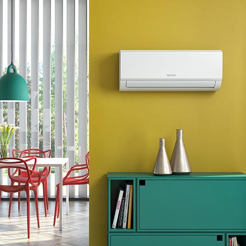 """2 -<em>La tecnologia inverter</em>Questo tipo di climatizzatori dovrebbe essere la prima scelta nell'acquisto quando si prevede di tenere accesa l'aria condizionata per molte ore di seguito, in quanto la potenza si adegua all'effettiva necessità riducendo i cicli di accensione e spegnimento. Sono modelli più costosi di quelli dotati di tecnologia on-off, ma consumano meno energia <br> In foto<em>Aryal S1 E inverter</em> di <a href=""""https://www.olimpiasplendid.it/"""">Olimpia Splendid</a>nella versionemultisplitcon la possibilità di climatizzare tutto l'anno fino a tre ambienti diversi con un unico motore esterno"""