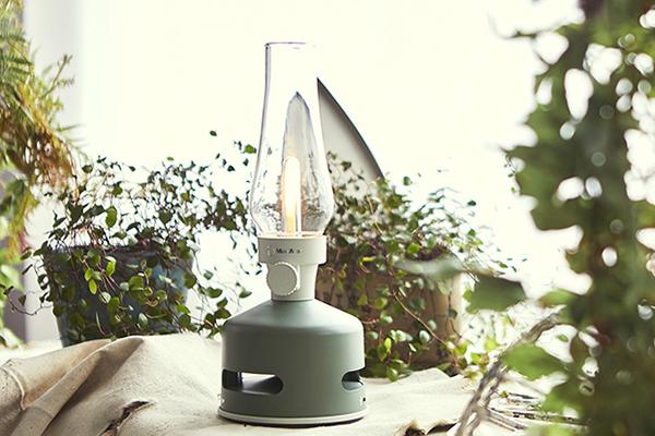 La <em>Led Lanter Speaker</em> di Sbam Design cita le lampade a olio di un tempo ma nasconde un cuore tecnologico: la luce è dimmerabile e riproduce la musica tramite connessione bluetooth
