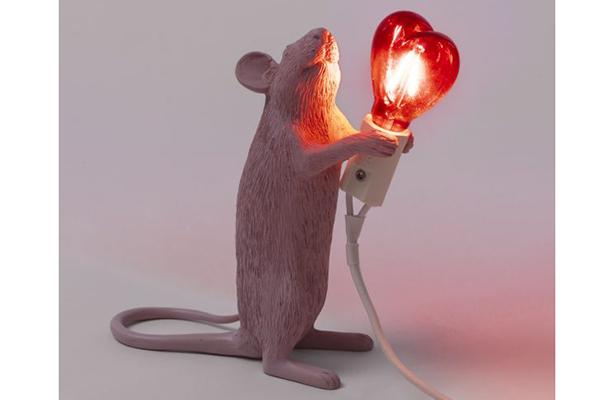 """Su<a href=""""http://www.mohd.it/"""">Mohd.it</a> promozionispeciali su uno stock di arredi e complementi, tra cui la <em>Mouse Lamp Love Special Edition</em> di Seletti (in foto). Inoltre, fino a domenica 14luglio un ulteriore sconto del 15% su tutto il catalogo"""