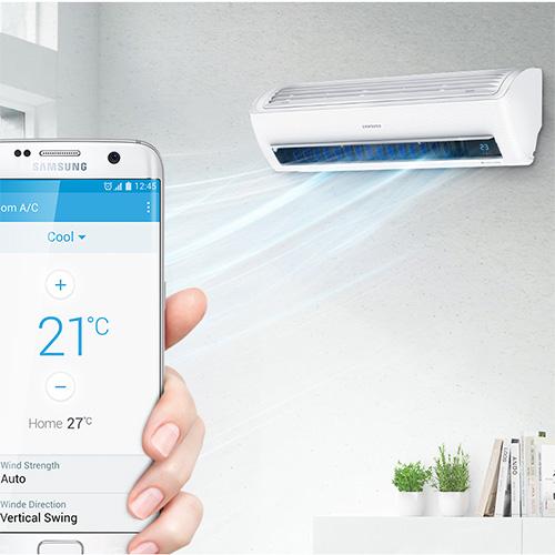 """8 - <em>Coibentare i tubi del circuito refrigerante all'esterno dell'abitazione</em>Se esposti direttamente ai raggi solari rischiano di danneggiarsi. Inoltre è opportuno assicurarsi che la parte esterna del climatizzatore non sia esposta completamente al sole e alle intemperie <br> 9 - <em>Usare il timer e la """"notte"""" </em>In questo modo è possibile ridurre al minimo il tempo di accensione dell'apparecchio. Inoltre, evitare di lasciare il climatizzatore acceso per l'intera giornata, ma solo quando si è presenti in casa <br> In foto <em>WindFree</em> di <a href=""""http://www.samsung.com"""">Samsung</a> con modalità <em>Good Sleep</em> che assicura il clima ideale senza flussi di aria fredda"""