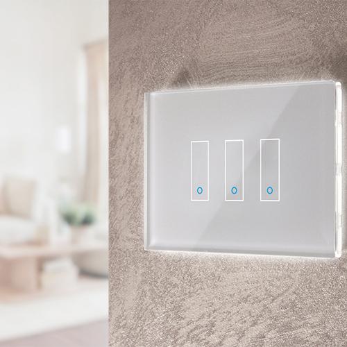 """Luci accese, stanze abitate. È l'interruttore Wi-Fi di <a href=""""https://iotty.com/it/"""">Iotty</a> che in modalità vacanza accende le luci in modo random per simulare che la casa sia abitata"""