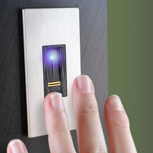 """Il lettore biometrico di impronte digitali di <a href=""""https://www.dierre.com/"""">Dierre</a> va bene per porta blindata, portone del garage e impianto d'allarme"""