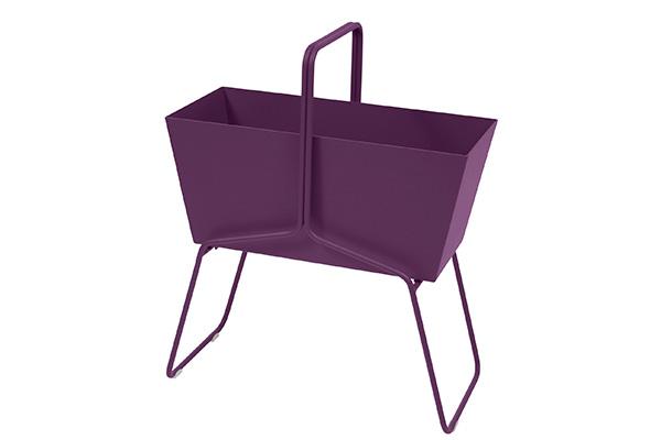 """Fioriera Basket di <a href=""""https://www.fermob.com/fr/"""">Fermob</a>, design Fabio Meliota, dotata di struttura in filo d'acciaio con fioriera amovibile in alluminio"""