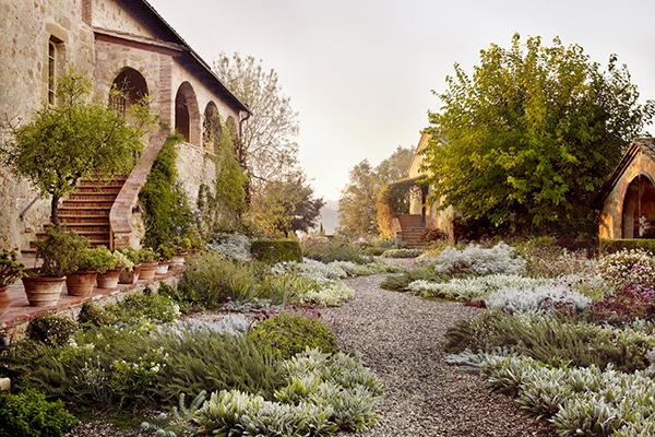 Tra i lavori di Luciano Giubbilei, curatore della Green Square 2019,  c'è un giardino nella Val d'Orcia fatto per una coppia di produttori di vino