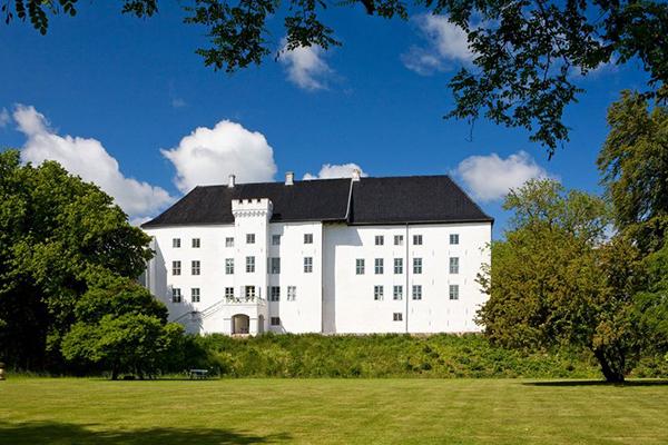 """<a href=""""http://centralhotelogcafe.dk"""">Dragsholm</a> è uno dei castelli più antichi della Danimarca e si trova nellesuggestive campagne di Odsherred, nella Selandia occidentale.Oggi è un boutique hotel cheha alle spalle unalunga storia e da generazioni vengono tramandati i racconti di fantasmi che infestanole mura della fortezza"""