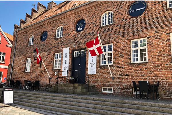 Che effetto fa un ex carcere trasformato in hotel? Potete scoprirlo a Ribe, la più antica città di Danimarca. Qui le vecchie celle di un edificio sono state riconvertite in moderne camere d'albergo. Il Den Gamle Arrest si trova proprio di fronte alla cattedrale