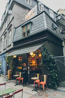 """Prenotare un albergo da record? È possibile scegliendo il<a href=""""http://centralhotelogcafe.dk/"""">Central Hotel and Café di Copenaghen</a>, uno dei più piccoli al mondo. Hauna sola stanza ed è incastonato in cima a un piccolo caffè (che può ospitare appenacinque clienti alla volta) nel quartiere alla moda di Vesterbro"""