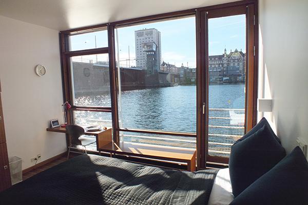 """L'hotel che galleggia. Succede a Copenaghen al <a href=""""http://www.cphliving.com"""">Cphliving</a>. L'albergo ha 12 camere doppie che offrono una vista panoramica sul porto e sul centro della città"""