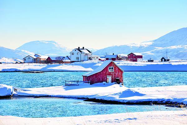 """Il Lyngen Lodge si trova nel Nord della Norvegia. Questo boutique hotel offre una grande vasca idromassaggio all'aperto dalla quale in inverno si può ammirare lo spettacolo dell'aurora boreale. Se si decide di andare a sciare è compresa una escursione a bordo della """"Spirit of Lyngen"""", una barca veloce altamente tecnologica appositamente progettata per trasportare gli sciatori e le loro attrezzature (foto David De Vleeschauwer, Remote Places to Stay, gestalten 2019)"""