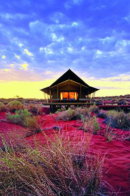 Ci troviamo in Namibia. Qui nel cuore del deserto c'è il Wolwedans, un ecovillaggio privato circondato solamente da questo paesaggio desolato. Di fronte alla casa c'è un abbeveratoio dove animali come antilopi e zebre vengono a bere. La struttura accoglie gli studenti dell'istituto namibiano di educazione culinaria di Windhoek. La cucina principale del villaggio è quindi gestita da giovani chef di talento che stanno imparando non solo a cucinare, ma anche a offrire un buon servizio di ospitalità (foto David De Vleeschauwer, Remote Places to Stay, gestalten 2019)