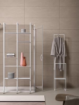 """EFFETTO LIVING - Il bagno si arreda e personalizza proprio come un salotto con ad esempio accessori o mobili a giorno che somigliano a delle vetrinette dove esporre saponi, libri, asciugamani, candele e piante. Ce lo ricordano le aste polifunzionali <em>Space</em> di <a href=""""https://agha.it"""">Agha</a> (nella foto)"""