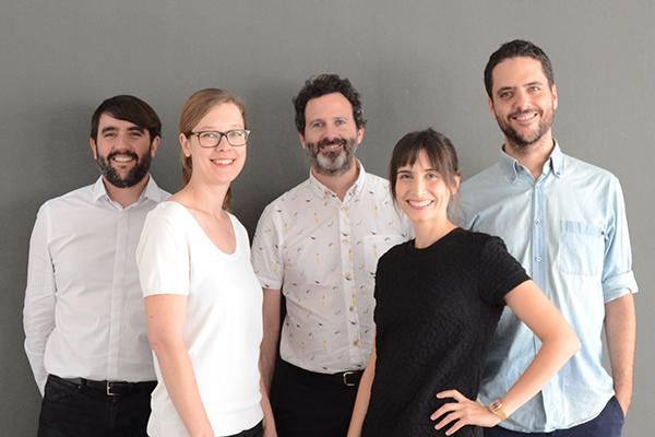 Roberto González, Anne Hinz, José Zabala, Cecilia Rodríguez e Arnau Sastre dello studio Addenda architects che firma il progetto del Bauhaus Museum di Dessau (foto addenda architects, 2019)