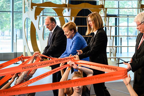 Al centro la cancelliera tedesca Angela Merkel nel giorno dell'inaugurazione del museo