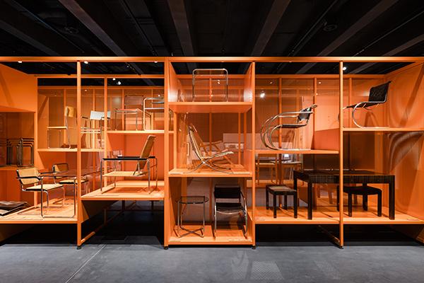 Il museo accoglie gli oggetti della Bauhaus Dessau Foundation, che con i suoi 49mila pezzi è la seconda collezione più vasta al mondo legata alla importante scuola tedesca. In foto l'allestimento della mostra inaugurale <em>Versuchsstätte Bauhaus. The Collection </em> ( foto Thomas Meyer / OSTKREUZ, 2019)
