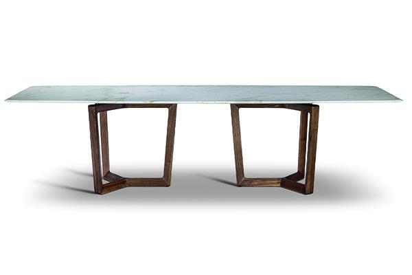 Bolero Ravel di Roberto Lazzeroni è un prezioso tavolo con top in marmo  che, unito ai sostegni tramite un distanziatore, sembra quasi galleggiare nello spazio