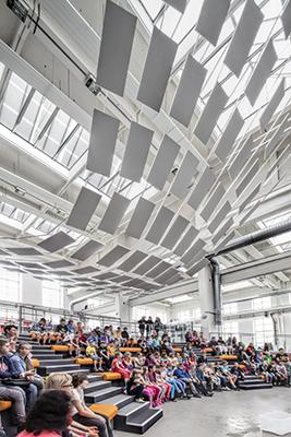 Il Techmania Science Centre in Repubblica Ceca, progettato da Atelier Soukup, con una composizione di elementi fonoassorbenti sospesi Solo Rectangle di Ecophon