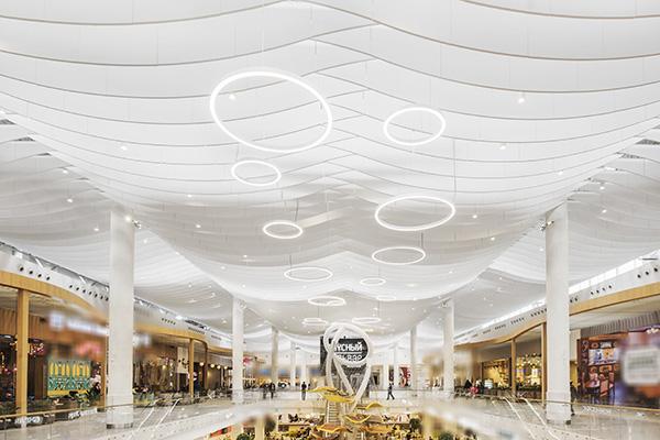 I pannelli fonoassorbenti Ecophon di Saint Gobain sono pensati per grandi ambienti come i centri commerciali (in foto il Kazan's Food Court, in Russia)