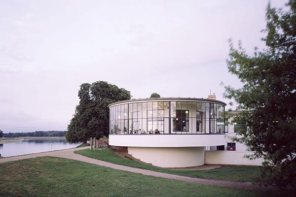 Ad accompagnare il Cersaie torna la Bologna Design Week che anima la città con più di 200 eventi. Da non perdere la mostra ospite del Padiglione de l'Esprit Nouveau che riflette sul senso del colore nei lavori di Le Corbusier. Da mettere in agenda anche l'esposizione fotografica <em>Architettura Bauhaus</em> all'Istituto di cultura germanica, un omaggio al centenario della scuola (nell'immagine il ristorante <em>The Kornhaus</em> a Dessau, progettato da Carl Fieger nel 1929/30 - foto Hans Engels)