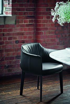 La nuova Dining Chair della collezione Archibald, firmata da Jean-Marie Massaud, può essere rivestita in Pelle Frau® o in tessuto. Nella versione in pelle è impreziosita da cuciture a contrasto.