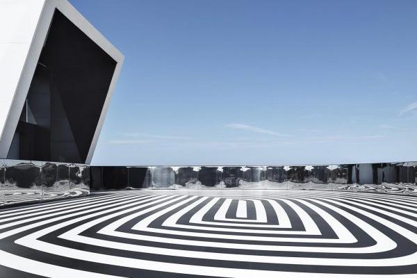 Rem Koolhaas con Chris van Duijn e Federico Pompignoli dello studio OMA hanno progettato la Torre Prada di Milano. Sul tetto, nella terrazza con rooftop bar, spicca sul pavimento una decorazione optical in bianco e nero realizzata con la collezione Absolute di Lea Ceramiche