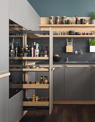 """Da dove partire? Per non rischiare di lasciare il lavoro incompiuto, iniziate a piccoli passi. Una stanza alla volta, partendo dal cuore della casa: la cucina. «È senza ombra di dubbio l'ambiente messo più di altri sotto pressione: viene condivisa da tutti e per questo è importante che sia funzionale», spiega Sabrina Toscani (in foto la cucina<em>Cera line</em> di <a href=""""https://www.team7.it"""">Team 7</a>)"""