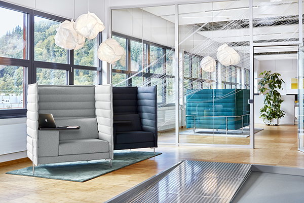Le sedute Alcove Highback work di Vitra, microarchitetture con schienale fonoassorbente progettate da Ronan e Erwan Bouroullec. Nella foto sono inserite negli uffici dell'azienda Endress+Hauser di Maulburg, in Germania