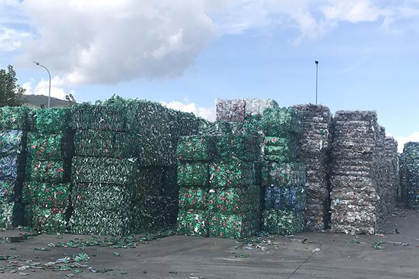 Il nuovo impianto a Presenzano è specializzato nella produzione di bottiglie r-pet (pet riciclato), ovvero plastica sottratta alle discariche
