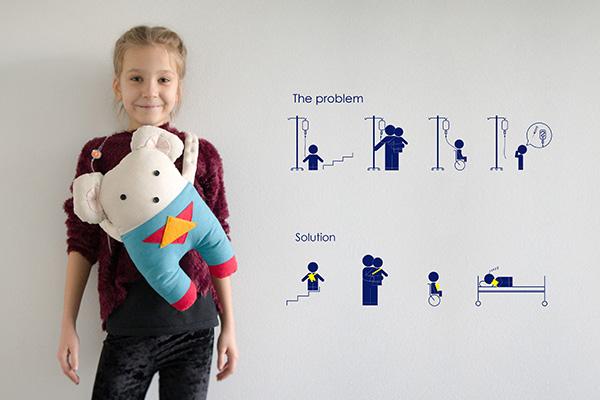"""<em>IPREMIO</em>-LAUMA REITERE, Latvia<BR> POWER MOUSE: zainetto per bambini per il trasporto diun sistema di infusione autonomo. Il personaggio-eroe raffigurato converte il fluido inserito in un """"elisir"""" che dona super poteri. Il design rende il sistema di infusione più comodo da usare, senza limitazione di movimento, ed è anche un compagno di giochi per i bimbi. Il prodotto ottimizza la somministrazione della terapia e facilita l'assistenza.<BR> <em>Motivazione: un progetto per tutti, pensato particolarmente per i più piccoli, che risolve un problema pratico e, contemporaneamente, riempie il cuore di gioia</em>"""