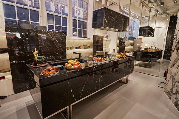 La zona dedicata all'impiego della ceramica in cucina: i piani sonorealizzati con le lastreGrande Marble LookElegantBlackdella nuova lineaThe Top