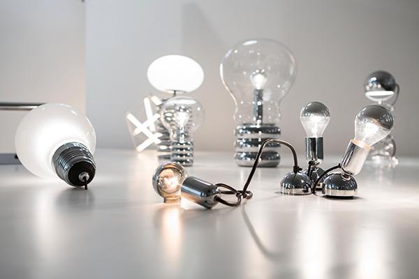 Nel percorso espositivo troviamo anche i primi classici firmati Ingo Maurer come Bulb e Giant Bulb (foto Anna Seibel)