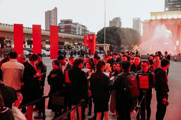 La folla nel giorno della serata inaugurale della quarta edizione del Salone del Mobile a Shanghai