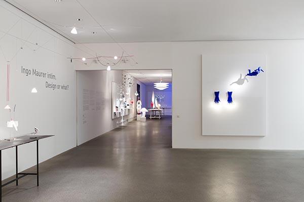 A destra Blue Luzy. Disegnata nel 2018, è una delle ultime opere di Ingo Maurer che trasforma un guanto da lavoro in sospensione (foto Anna Seibel)