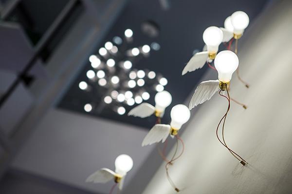 Una delle opere più famose del designer tedesco: Lucellino è in mostra nella versione a parete (foto Anna Seibel)