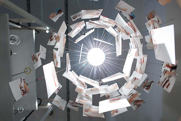 Un'altra lampada di Ingo Maurer che ha fatto la storia: Zettel'z Laughing, qui nell'edizione limitata con immagini del Buddha che ride (foto Anna Seibel)
